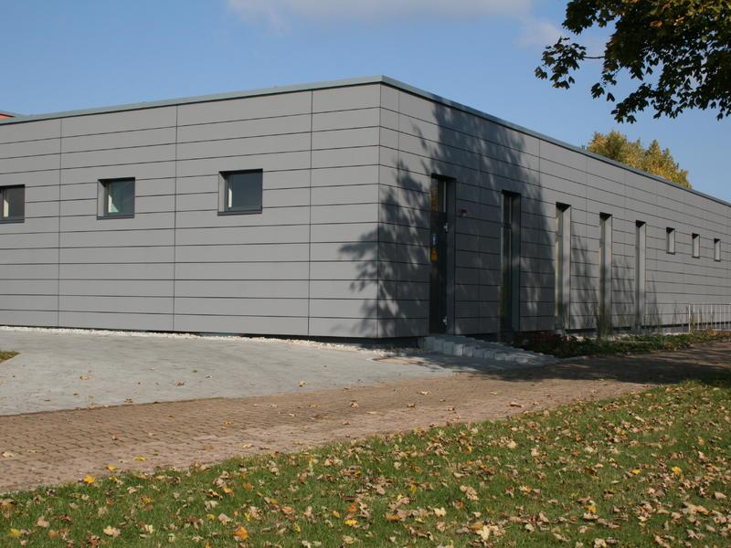 Hinterlüftete Fassade mit großformatigen Verbundwerkstoffplatten