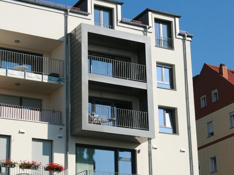 Fassade mit Kantkasetten aus beschichtetem Aluminium