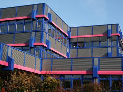 Fassade mit Sinuswellen aus Aluminium