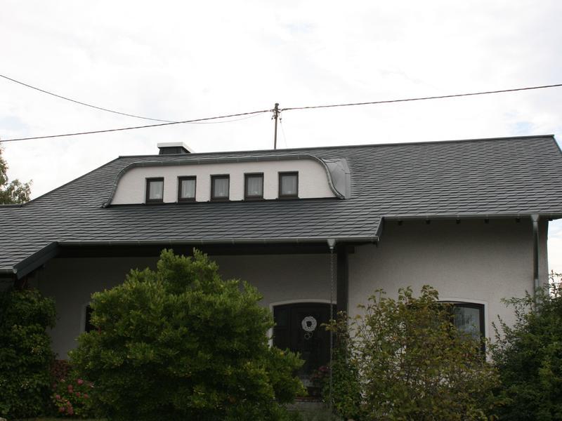 Satteldach mit Fledermausgaube eingedeckt mit Prefa Dachschindeln